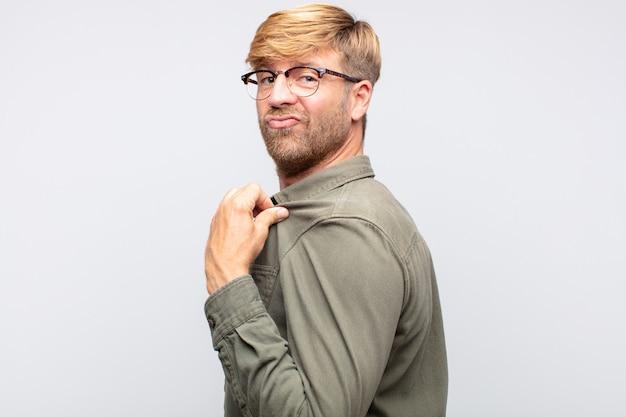 Stolzer ausdruck des jungen blonden mannes. nummer eins konzept