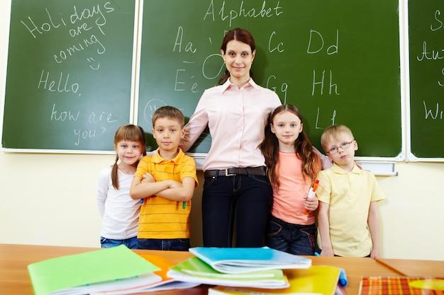 Stolzer lehrer mit ihren schülern