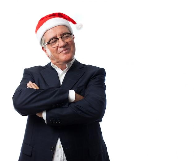 Stolzer mann mit weihnachtsmann-hut
