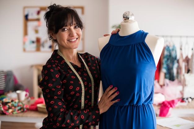 Stolzer modedesigner aus neuer kollektion