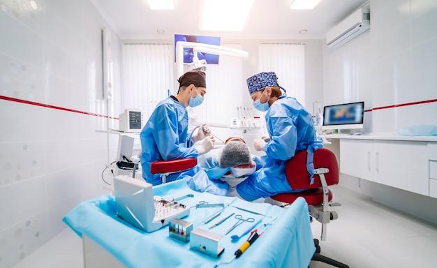 Stomatologisches instrument in der zahnklinik.