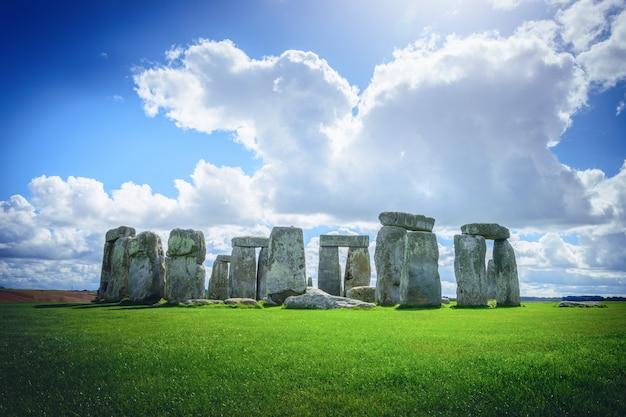 Stonehenge ein altes prähistorisches steinmonument auf blauem himmel in wiltshire, großbritannien.