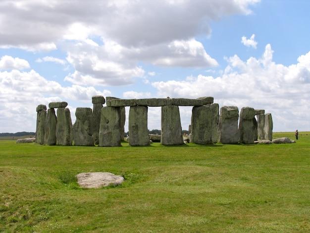 Stonehenge ist eines der bekanntesten wahrzeichen in großbritannien.