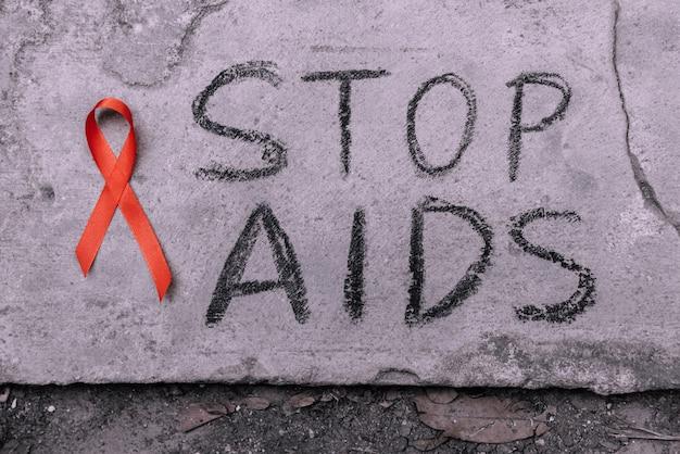 Stop aids text hand schreiben von schwarzen chacoal.