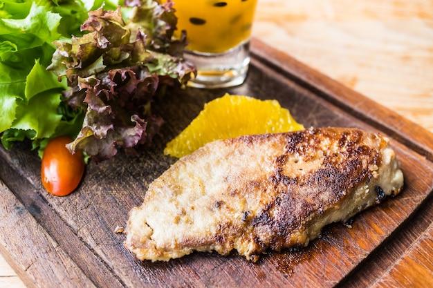 Stopfleber steak mit gemüse und süßen soße