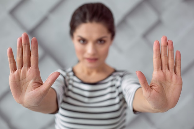 Stopp gewalt. selektiver fokus der hände einer netten attraktiven frau, während sie sagen, dass sie mit gewalt aufhören sollen