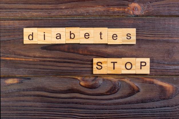 Stoppen sie das diabetes-textwort, das mit hölzernen blöcken gemacht wird. konzept diabetes-prävention