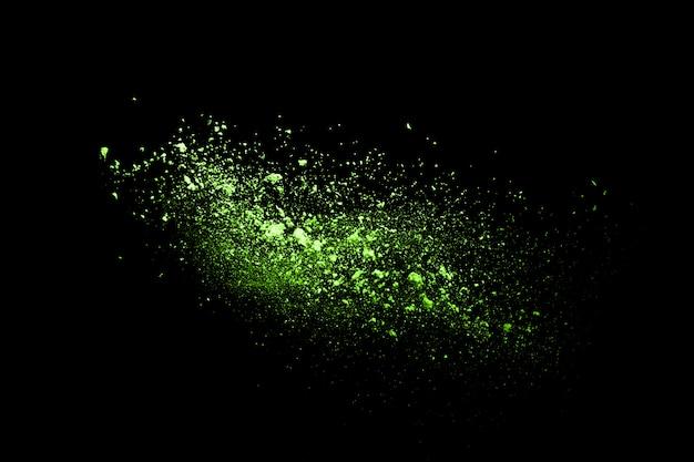 Stoppen sie die bewegung des grünpulvers auf schwarzem hintergrund. explosives pulvergrün auf schwarzem hintergrund.