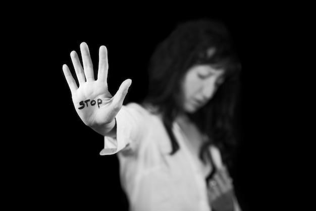 Stoppen sie die gewalt gegen frauen. hand sagt halt