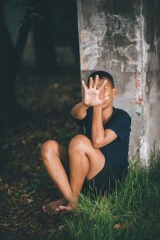 Stoppen sie die gewalt gegen kinder und das junggesellenkonzept