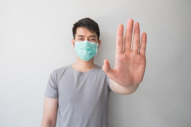 Stoppen sie die infektion! gesunder mann, der geste zeigt