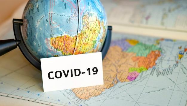 Stoppen sie die reise in die krise und die pandemie covid-19, die beendigung von flügen und touren für reisen. text in einer hand auf dem hintergrund der karte von amerika