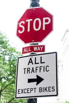 Stoppen sie signagenahaufnahme mit unscharfem hintergrund
