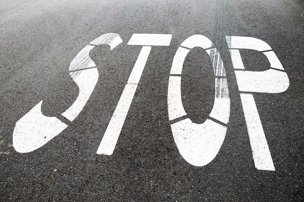 Stoppschild auf der straße
