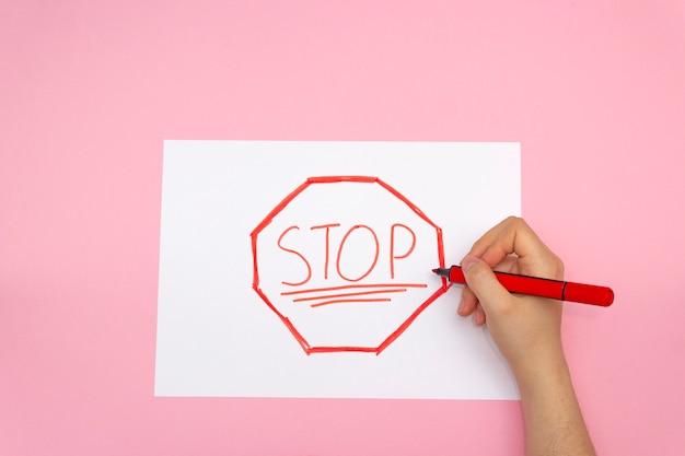 Stoppschild auf papier gezeichnet