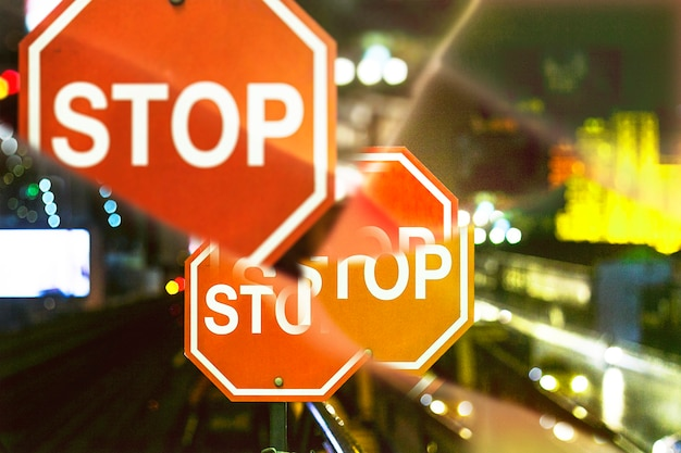 Stoppschild mit prismen-kaleidoskop-effekt