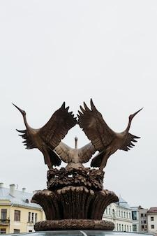 Storchskulptur auf dem brunnen am unabhängigkeitsplatz