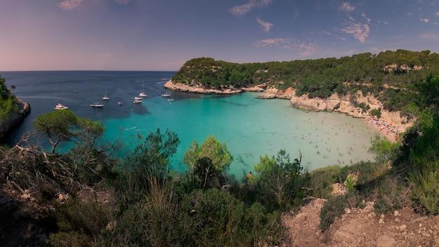 Strände von cala mitjana und cala mitjaneta an der südküste der insel menorca, spanien.