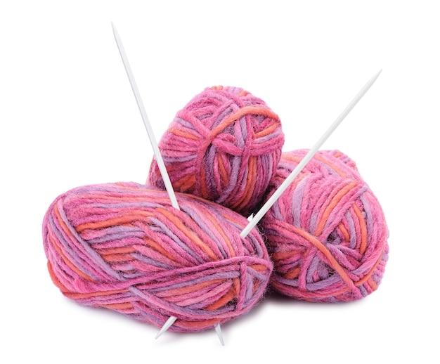 Stränge aus farbigen garnen und stricknadeln