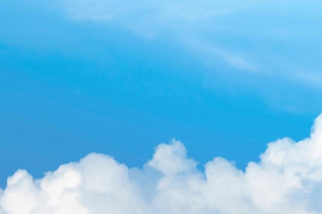Strahlend blauer himmel mit wolkenhintergrund