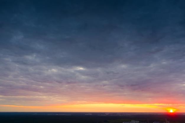 Strahlend gelb-blauer morgenhimmel