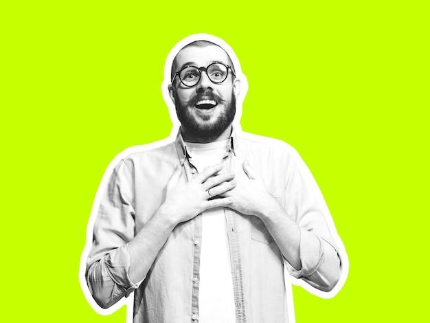 Strahlend glücklich. collage im zeitschriftenstil mit kaukasischem emotionalem mann in schwarz-weißer kontur auf hellem hintergrund mit exemplar. modernes design, kreative kunstwerke, stil und menschliches emotionskonzept.