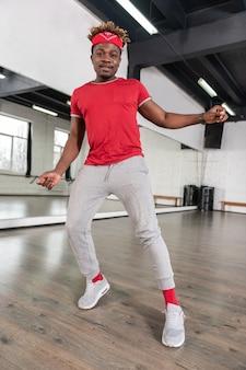 Strahlender kurzhaariger typ ist professioneller choreograf und trainiert im studio training
