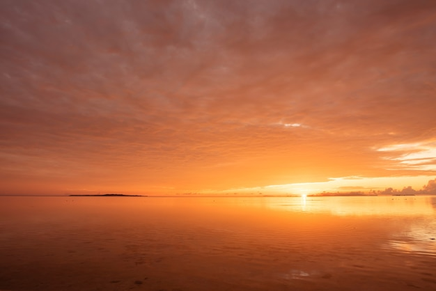 Strahlender sonnenaufgang am strand von nakano, insel iriomote, yaeyama, okinawa, japan.
