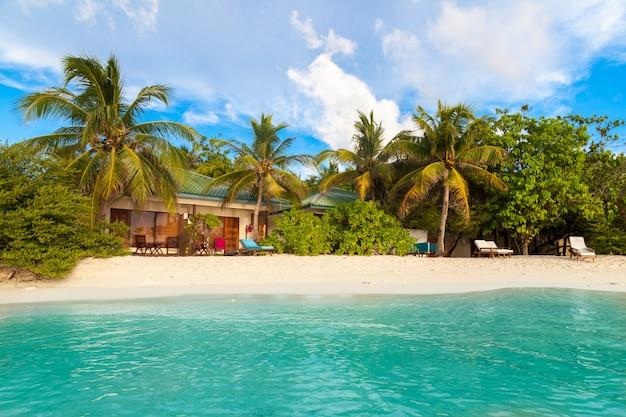 Strand auf den malediven mit weißem sand und schönen palmen
