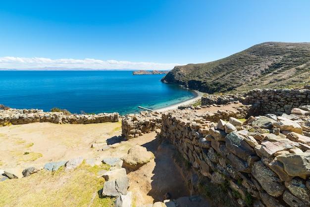 Strand auf der insel der sonne, titicaca see, bolivien