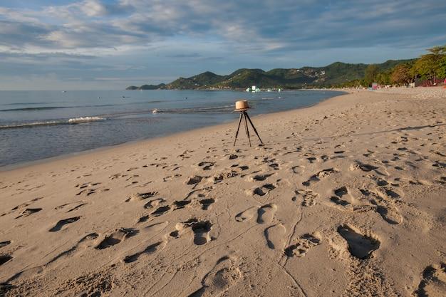 Strand auf tropischer insel. klares blaues wasser, sand, wolken.
