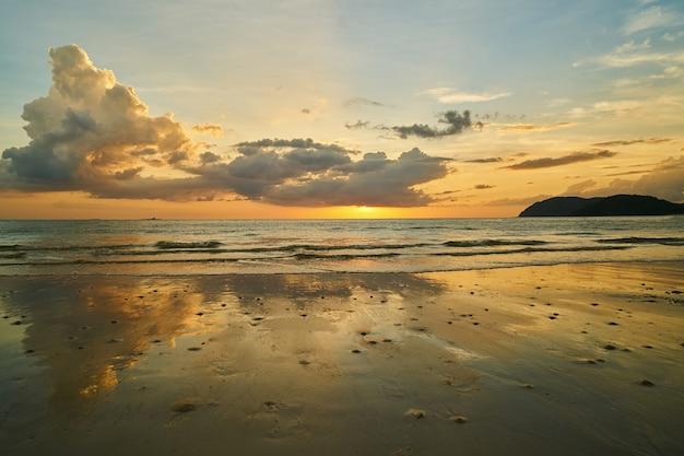 Strand bei sonnenuntergang mit wolken