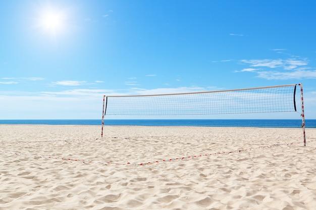 Strand ein volleyballfeld auf see. sommer.