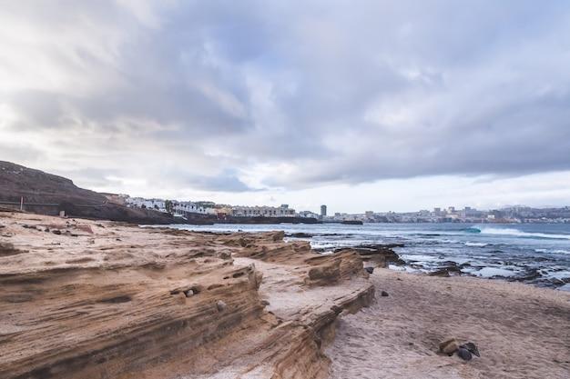 Strand el confital bei sonnenaufgang in gran canaria, kanarische inseln, spanien. vulkanlandschaft der küste.
