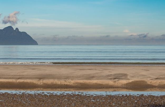 Strand im südchinesischen meer und santubong vom bako-nationalpark in borneo aus gesehen