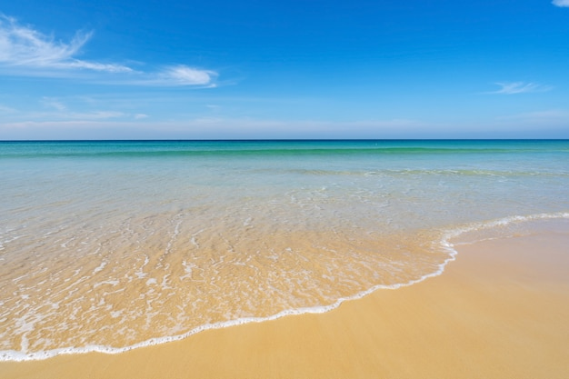 Strand in der sommersaison am karon beach phuket. leerer strand verlassen.