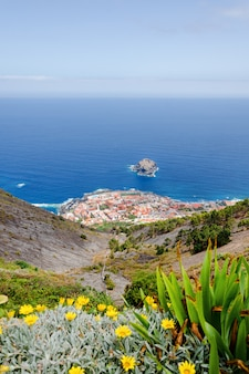 Strand in teneriffa, kanarische inseln, spanien. seelandschaft panorama garachiko.