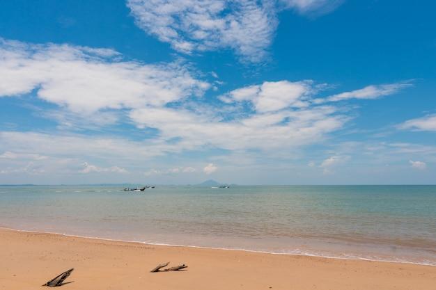Strand, inselmeer während der sommersaison.