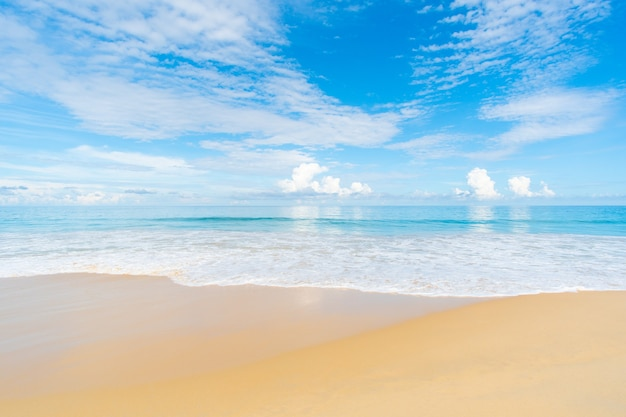 Strand meer blauer himmel.