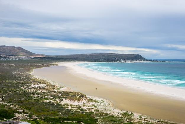Strand mit dramatischen himmel im winter