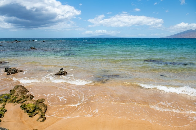 Strand mit goldenem sand türkisfarbenem meerwasser panoramablick auf das meer natürlichen hintergrund für den sommerurlaub