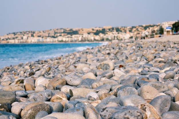 Strand mit kieselsteinen am morgen schönes frankreich