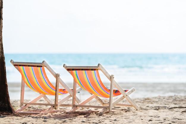 Strand mit liegestühlen zum entspannen am wunderschönen weißen sandstrand