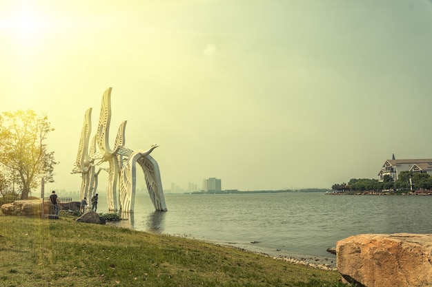 Strand mit riesigen skulpturen von tauben