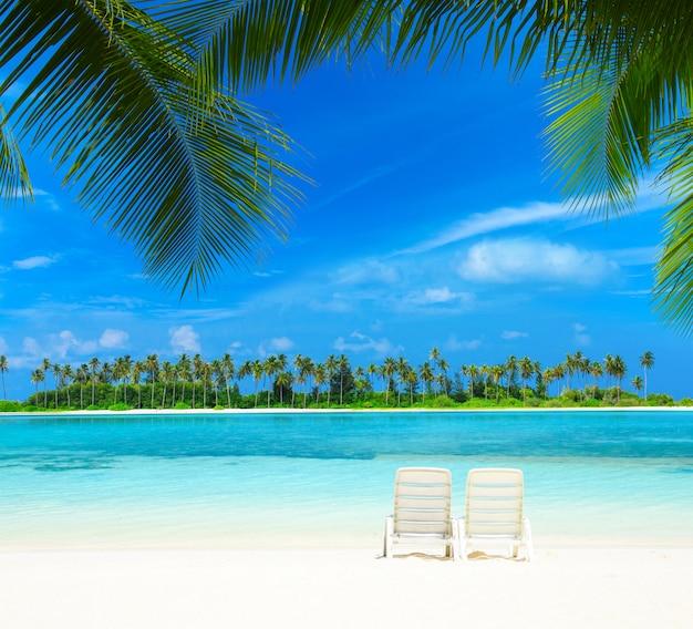 Strand mit stühlen