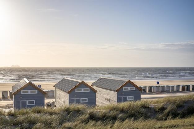 Strand mit umkleidekabinen und ruhekabinen