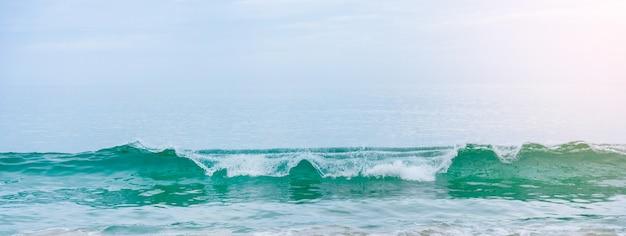 Strand mit weißem sand und weicher blauer ozeanwelle