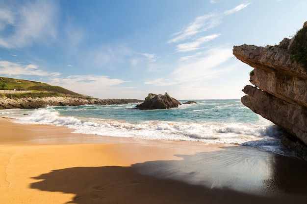 Strand mit wellen und ohne menschen