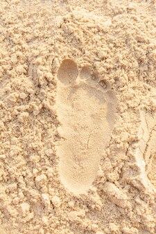 Strand sand fußabdruck ozean küste meer. nahaufnahmebild.
