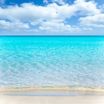 Strand tropisch mit weißem sand und türkisfarbenem wasser